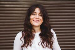 Αρκετά συν το χαμόγελο γυναικών μεγέθους με το τέλειο χαμόγελο Στοκ φωτογραφία με δικαίωμα ελεύθερης χρήσης