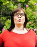 Αρκετά σύγχρονη ώριμη παχιά γυναίκα έξω από τη φθορά των γυαλιών, συναισθηματικοί θέτοντας ευτυχείς άνθρωποι τρόπου ζωής Στοκ Εικόνα