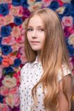 Αρκετά το ξανθό πορτρέτο στον τοίχο λουλουδιών στοκ εικόνες με δικαίωμα ελεύθερης χρήσης