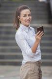 Αρκετά χαμογελώντας καυκάσια γυναίκα Brunette με τα ακουστικά και να κουβεντιάσει στο κινητό τηλέφωνο Στοκ Φωτογραφίες
