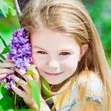 Αρκετά χαμογελώντας ξανθό μικρό κορίτσι με την ανθίζοντας πασχαλιά Στοκ Εικόνες