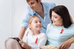Αρκετά χαρούμενο κορίτσι που κρατά μια ταμπλέτα Στοκ εικόνα με δικαίωμα ελεύθερης χρήσης