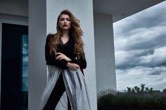 Αρκετά όμορφη προκλητική ξανθή κομψή γυναικεία hairstyle ένδυση FA γυναικών Στοκ Εικόνα