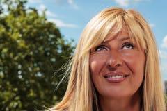 Αρκετά ώριμη γυναίκα που ανατρέχει Στοκ Εικόνα