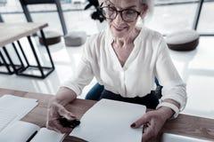 Αρκετά ώριμη γυναίκα που είναι στην εργασία Στοκ Φωτογραφίες