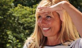 Αρκετά ώριμη γυναίκα που φαίνεται μακρινή Στοκ εικόνες με δικαίωμα ελεύθερης χρήσης