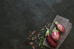 Αρκετοί ζέβρα μελιτζάνα στο σκοτεινό υπόβαθρο πλακών Στοκ Φωτογραφία