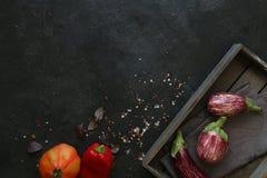 Αρκετοί ζέβρα μελιτζάνα στο σκοτεινό υπόβαθρο πλακών Στοκ φωτογραφία με δικαίωμα ελεύθερης χρήσης