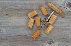 Αρκετοί χρησιμοποιημένο κρασί βουλώνουν και ανοιχτήρι στο ξύλο Στοκ φωτογραφίες με δικαίωμα ελεύθερης χρήσης
