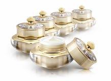 Αρκετοί χρυσό καλλυντικό βάζο κορωνών στο λευκό Στοκ εικόνες με δικαίωμα ελεύθερης χρήσης