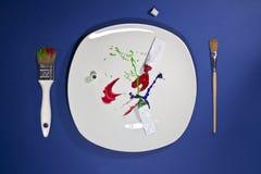 Σωλήνες χρωμάτων στο πιάτο και πινέλα στις πλευρές Στοκ φωτογραφία με δικαίωμα ελεύθερης χρήσης