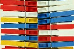 Αρκετοί χρωματισμένο πλαστικό clothespins Στοκ Εικόνα