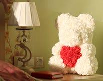 Αρκούδα των τριαντάφυλλων με την καρδιά στοκ εικόνα