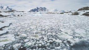 Αρκτική μεγαλοπρεπής εναέρια άποψη παγετώνων ακτών βουνών φιλμ μικρού μήκους
