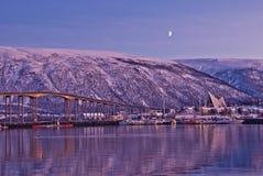 Αρκτική πόλη Tromso με τη γέφυρα στοκ φωτογραφίες με δικαίωμα ελεύθερης χρήσης