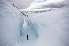 αρκτικό άτομο παγετώνων crevasse &bet στοκ φωτογραφία