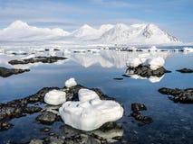Αρκτικό τοπίο - πάγος, θάλασσα, βουνά, παγετώνες - Spitsbergen, Svalbard Στοκ Εικόνες