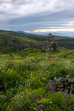 Αρμενική εκκλησία Vahramashen σε Amberd στον πράσινο λόφο κάτω από τη DA στοκ εικόνα με δικαίωμα ελεύθερης χρήσης