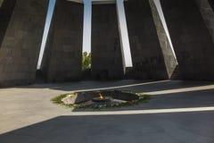 Αρμενικό αναμνηστικό μνημείο γενοκτονίας με την αιώνια φλόγα και flowe στοκ εικόνα