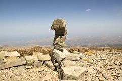 Αρμονία και ισορροπία, poise πέτρες ενάντια στο μπλε ουρανό στα βουνά, γλυπτό βράχου zen στοκ εικόνες με δικαίωμα ελεύθερης χρήσης