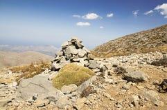 Αρμονία και ισορροπία, poise πέτρες ενάντια στο μπλε ουρανό στα βουνά, γλυπτό βράχου zen στοκ εικόνες