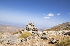 Αρμονία και ισορροπία, poise πέτρες ενάντια στο μπλε ουρανό στα βουνά, γλυπτό βράχου zen στοκ φωτογραφίες