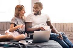 Αρμονικό διεθνές ζεύγος που απολαμβάνει τη συνομιλία στο σπίτι Στοκ Φωτογραφία