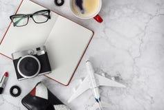 Αρμόδιος για το σχεδιασμό, γυαλιά, φλιτζάνι του καφέ, κάμερα, δαχτυλίδια αυτιών, δεσμός τρίχας, χτένα και κραγιόν στο μοντέρνο μα στοκ φωτογραφίες