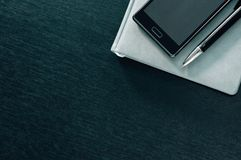 Αρμόδιος για το σχεδιασμό με το τηλέφωνο σε ένα μαύρο υπόβαθρο Στοκ εικόνες με δικαίωμα ελεύθερης χρήσης
