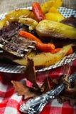 Αρνί με τα λαχανικά που εξυπηρετούνται αγροτικά στοκ φωτογραφία με δικαίωμα ελεύθερης χρήσης
