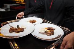 Αρνί στο πιάτο ήδη εξυπηρετημένος από το σερβιτόρο Στοκ εικόνες με δικαίωμα ελεύθερης χρήσης