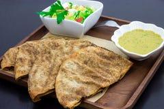 Αρνί Arayes ή βόειο κρέας, λιβανέζικα σάντουιτς ύφους που γεμίζουν με το επίγειο κρέας και το hummus εμβύθισης φασολιών Στοκ Εικόνες
