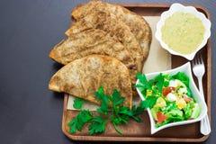 Αρνί Arayes ή βόειο κρέας, λιβανέζικα σάντουιτς ύφους που γεμίζουν με το επίγειο κρέας και το hummus εμβύθισης φασολιών Στοκ Εικόνα