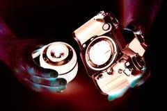 Αρνητική φωτογραφία της κάμερας SLR στην κινηματογράφηση σε πρώτο πλάνο φωτογράφων χεριών Στοκ εικόνα με δικαίωμα ελεύθερης χρήσης
