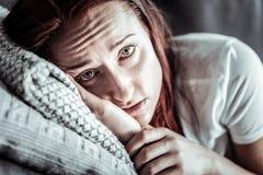 Αρνητικός ευχαριστημένος θηλυκός χρόνος εξόδων προσώπων στο σπίτι στοκ φωτογραφία με δικαίωμα ελεύθερης χρήσης
