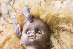Αρουραίοι στη τρομακτική βρώμικη επικεφαλής ξανθή κούκλα Στοκ Φωτογραφίες