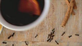 Αρπαγή ενός θερμαμένου κρασιού απόθεμα βίντεο