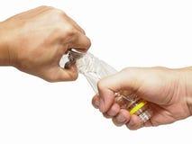 Αρπαγή δύο χεριών και πλαστικό μπουκάλι συστροφής Στοκ φωτογραφία με δικαίωμα ελεύθερης χρήσης