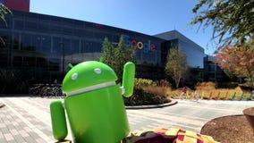 Αρρενωπό άγαλμα στο κύριο γραφείο έδρας Googleplex φιλμ μικρού μήκους