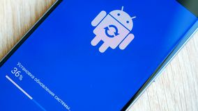 Αρρενωπό εικονίδιο λογότυπων ρομπότ στην έξυπνη τηλεφωνική οθόνη της Samsung κατά τη διάρκεια της αναπροσαρμογής φιλμ μικρού μήκους