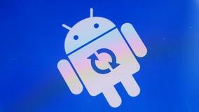 Αρρενωπό εικονίδιο λογότυπων ρομπότ στην έξυπνη τηλεφωνική οθόνη της Samsung κατά τη διάρκεια της αναπροσαρμογής απόθεμα βίντεο