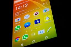 Αρρενωπό frontpage Smartphone με δημοφιλή κοινωνική εφαρμογή μέσων στοκ φωτογραφίες