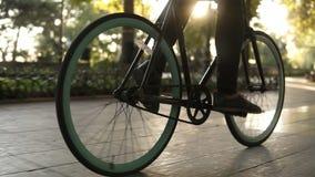Αρσενικά απρόσωπα πόδια που περπατούν με το ποδήλατο στο στρωμένο ενεργό τρόπο ζωής οδικής κοντά επάνω πλάγιας όψης Το αγόρι ατόμ απόθεμα βίντεο