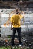Αρσενικά γκράφιτι ζωγραφικής χούλιγκαν Στοκ Εικόνες