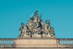 Αρσενικά γλυπτά με τα όπλα στο ιστορικό κτήριο Στοκ φωτογραφίες με δικαίωμα ελεύθερης χρήσης
