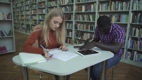 Αρσενικά και ευρωπαϊκά θηλυκά έγγραφα σημαδιών αφροαμερικάνων σχετικά με τον πίνακα απόθεμα βίντεο