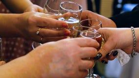 Αρσενικά και θηλυκά wineglasses κουδουνίσματος χεριών μετά από την κινηματογράφηση σε πρώτο πλάνο φρυγανιάς φιλμ μικρού μήκους