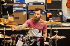 Αρσενικά κύμβαλα παιχνιδιού μουσικών στο κατάστημα μουσικής Στοκ Εικόνα