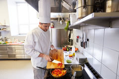 Αρσενικά μαγειρεύοντας τρόφιμα αρχιμαγείρων στην κουζίνα εστιατορίων Στοκ φωτογραφίες με δικαίωμα ελεύθερης χρήσης