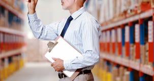 Αρσενικά μετρώντας αποθέματα εργαζομένων αποθηκών εμπορευμάτων και κράτημα στην περιοχή αποκομμάτων φιλμ μικρού μήκους